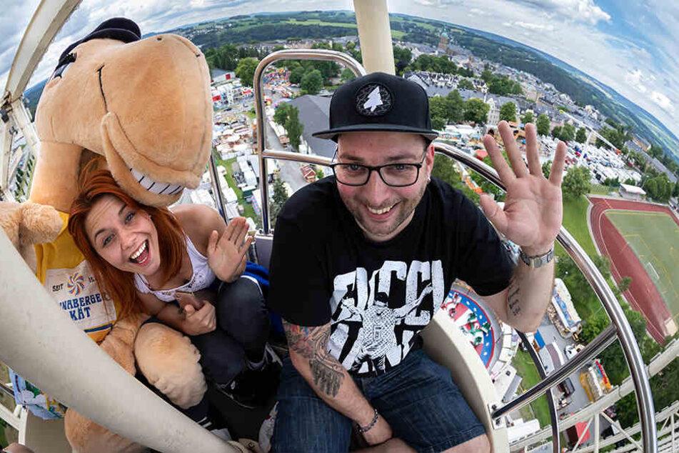 Maskottchen Käti testet gemeinsam mit Sebastian Seidel (35) von Stereoact und Lisa Wohlgemuth (27) das traditionelle Riesenrad.