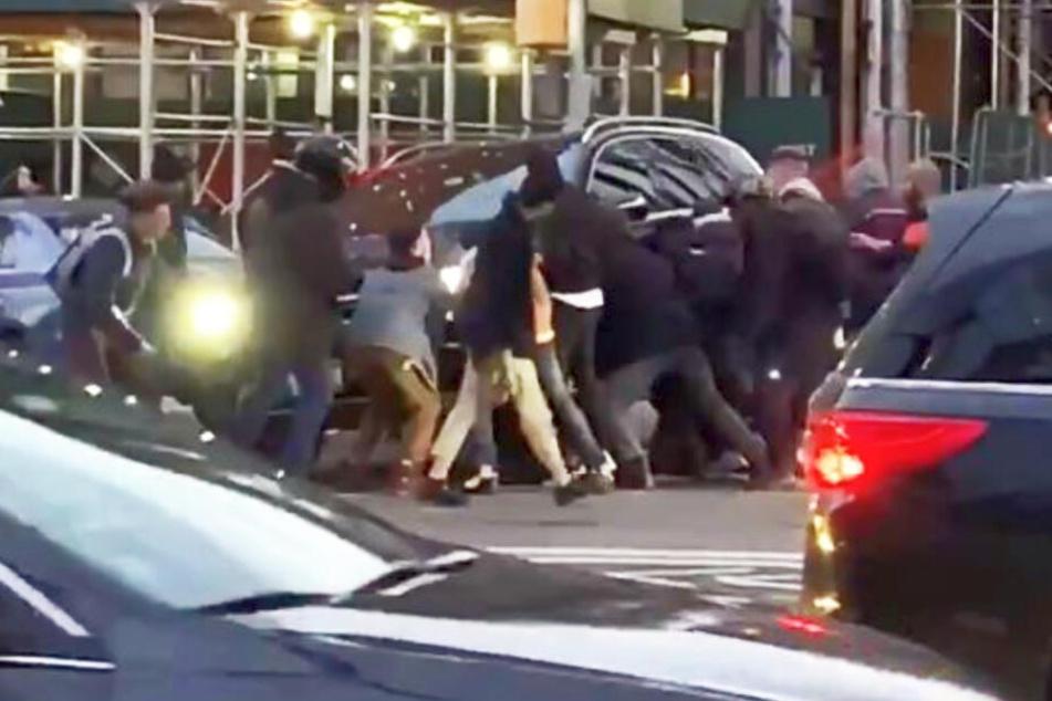 Gut zwölf Mann hoben das Auto an, um die Frau zu befreien.