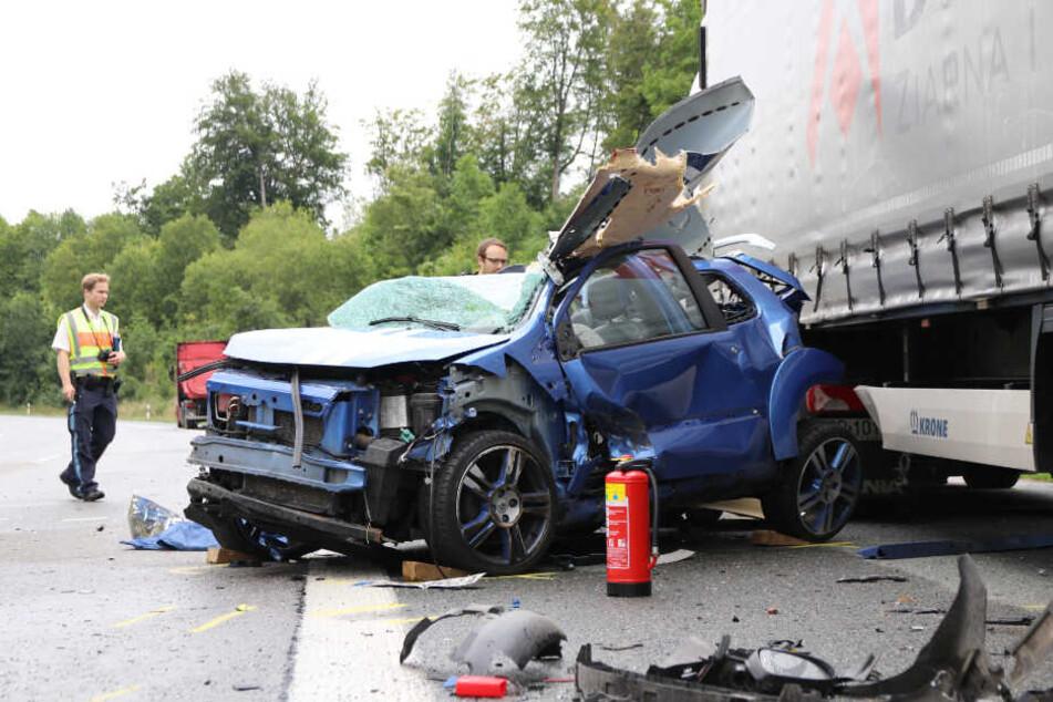 Ein Bild des völlig zerstörten Autos zeigt, welche enormen Kräfte bei dem Aufprall gewirkt haben müssen.