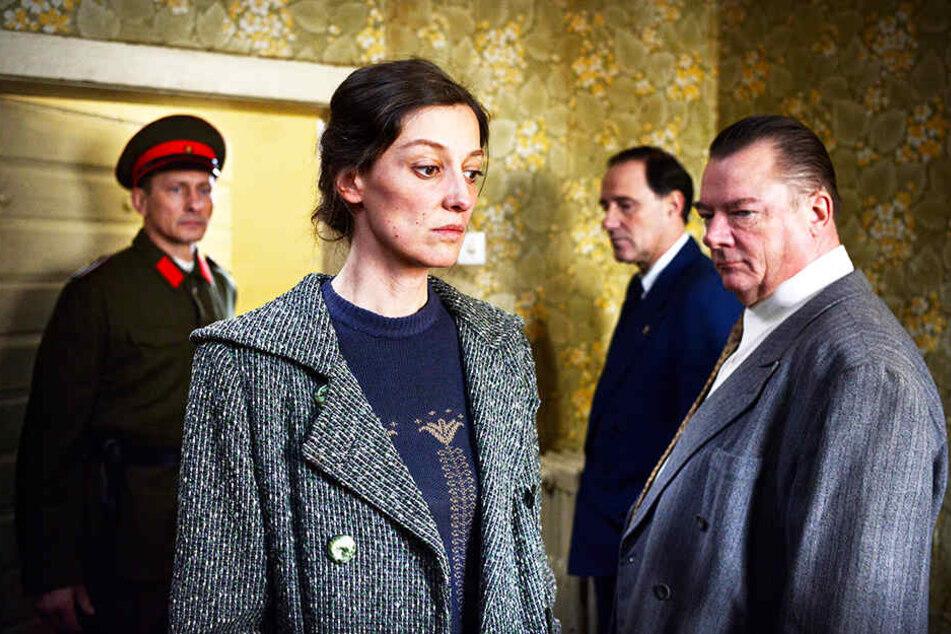 Antonia Berger (Alexandra Maria Lara) ist in einem Lügenkonstrukt gefangen und verplappert sich. Leo Silberstein (Zweiter von rechts, Stefan Kurt) und ihr Vernehmer (r., Peter Kurth) stellen sie zur Rede.