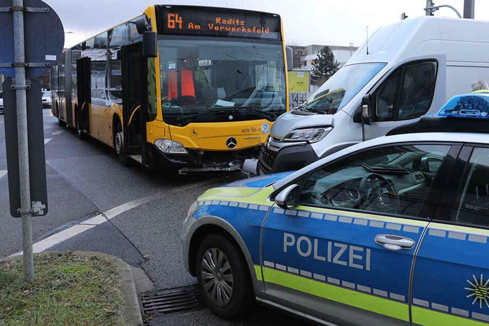 Transporter kracht am Elbepark in DVB-Linienbus: Fahrgäste verletzt