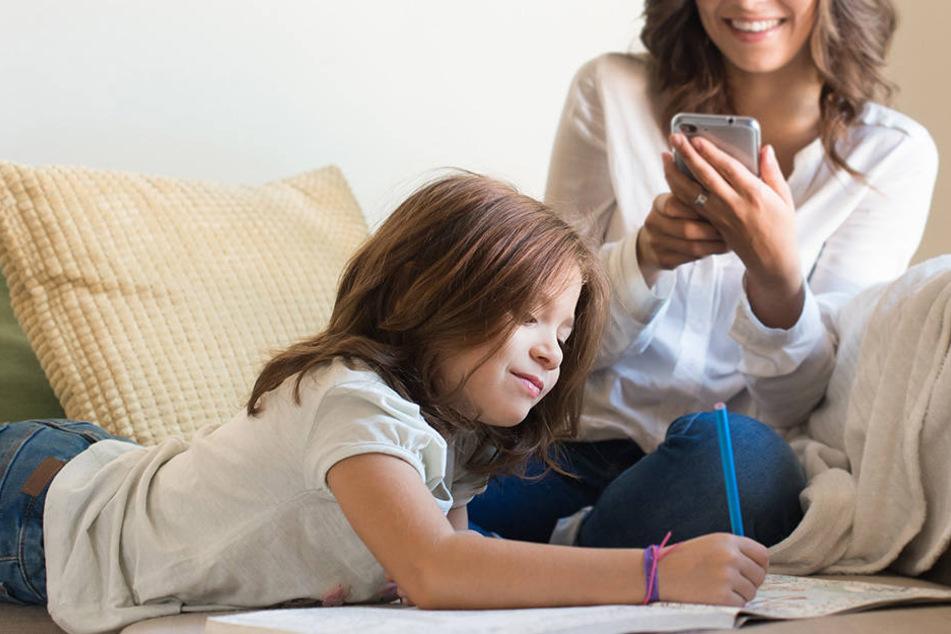 Das passiert, wenn Du lieber aufs Smartphone statt zu deinem Kind schaust