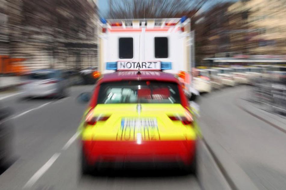 Bei einer Kollision verletzte ein VW-Fahrer einen 70-Jährigen schwer.