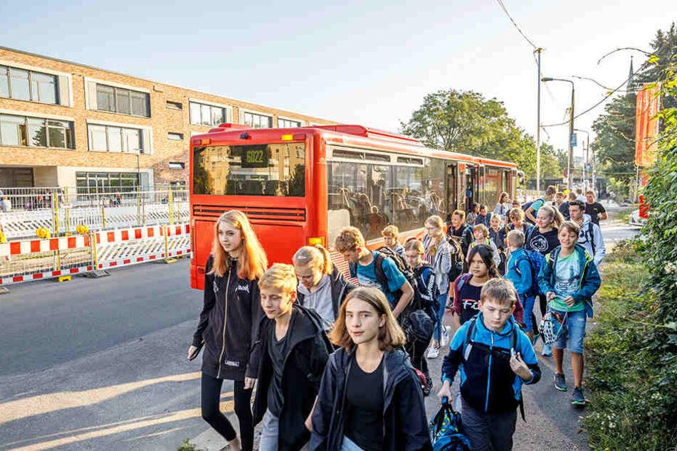 Nicht immer pünktlich: 600 der insgesamt 950 Schüler des Klotzscher Gymnasiums kommen täglich mit dem Bus nach Pieschen.