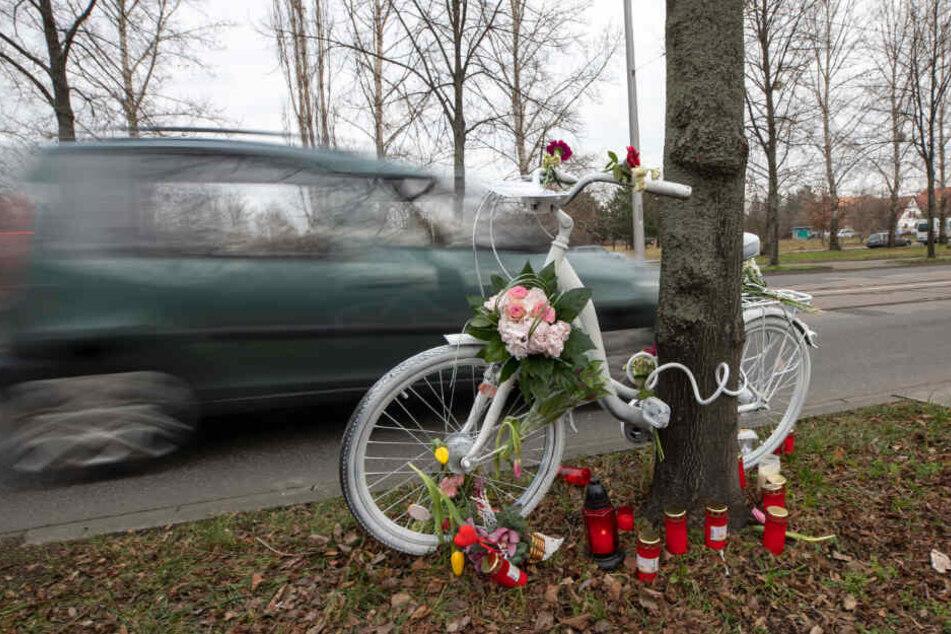 Das Geisterrad erinnert an die getötete Radlerin, Politiker von Grünen, SPD, FDP und AfD fordern Konsequenzen.