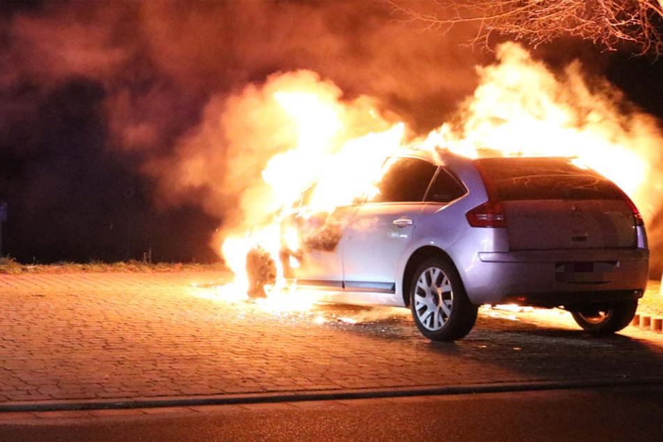 Der vordere Bereich des Wagens stand in Flammen.