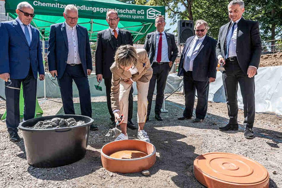 """Gestern wurde der Grundstein für """"Die tanzende Siedlung"""" der Chemnitzer Siedlungsgemeinschaft auf dem Kaßberg gelegt. OB Barbara Ludwig (56, SPD) gab ihren """"Segen"""" für den außergewöhnlichen Neubau."""