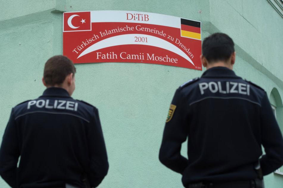 Polizisten bewachten nach dem Anschlag die Moschee.