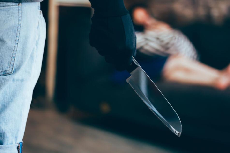 Mit einem Messer wurde die Frau lebensgefährlich verletzt (Symbolfoto).