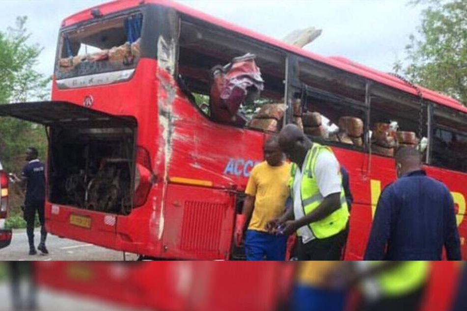 Zwei Busse stoßen frontal zusammen: Mindestens 60 Menschen sterben