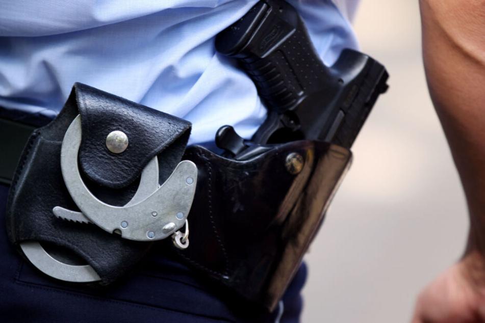 Der Polizist griff zu seiner Schusswaffe. (Symbolbild)
