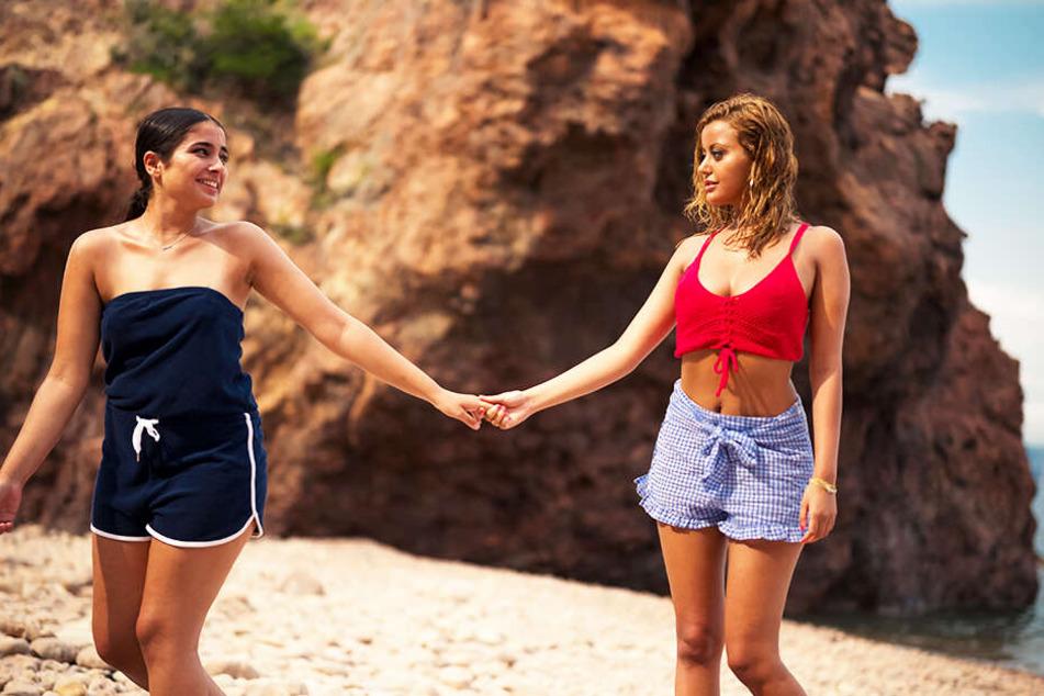 Naima (l., Mina Farid) und Sofia (Zahia Dehar) sind ein Herz und eine Seele.