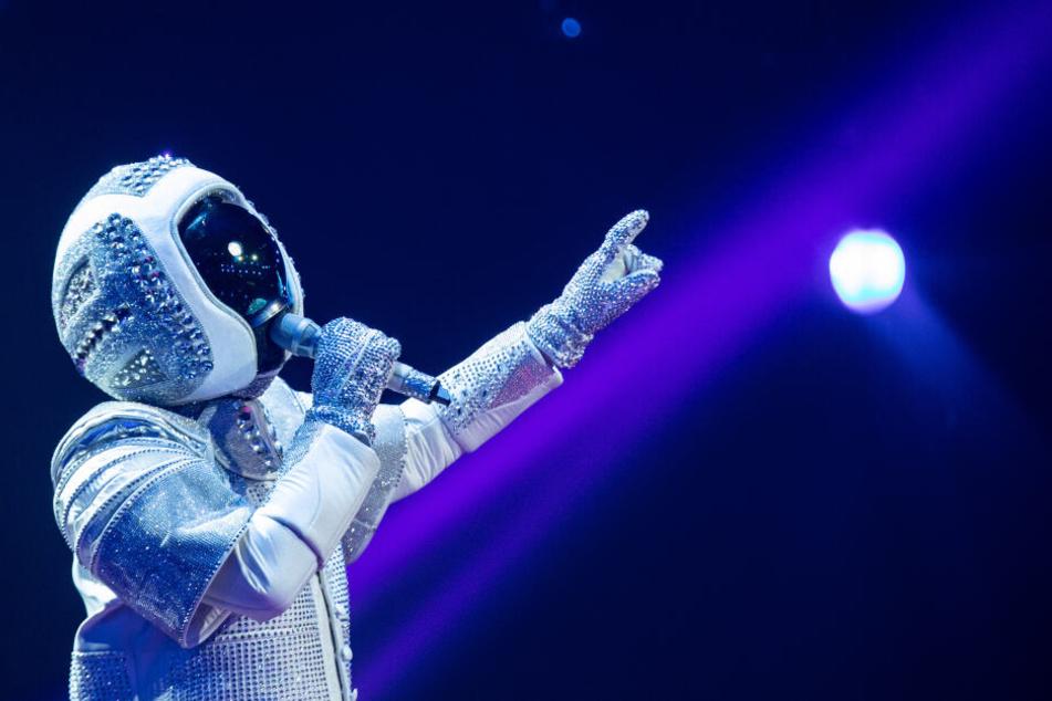 """Die Figur """"Astronaut"""" tritt bei der ProSieben-Show """"The Masked Singer"""" auf der Bühne auf."""