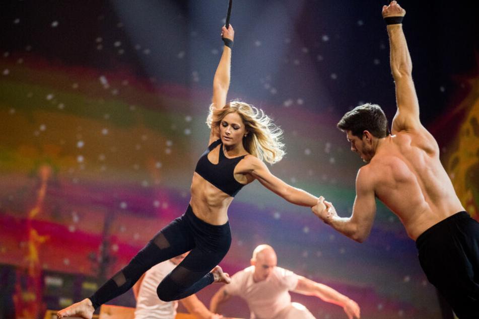 Helen Fischer und Thomas Seitel performen zusammen auf der Bühne.
