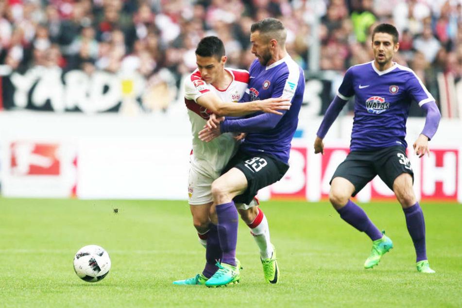 Harter Kampf um den Ball, hier zwischen Josip Brekalo (VfB) und Christian Tiffert (Aue). Dimitrij Nazarov wartet dahinter auf eine Chance.