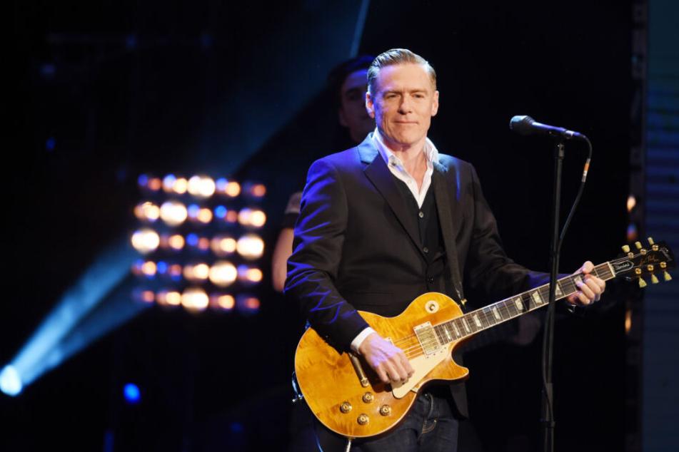 Bryan Adams steht während seiner Tour auf der Bühne.