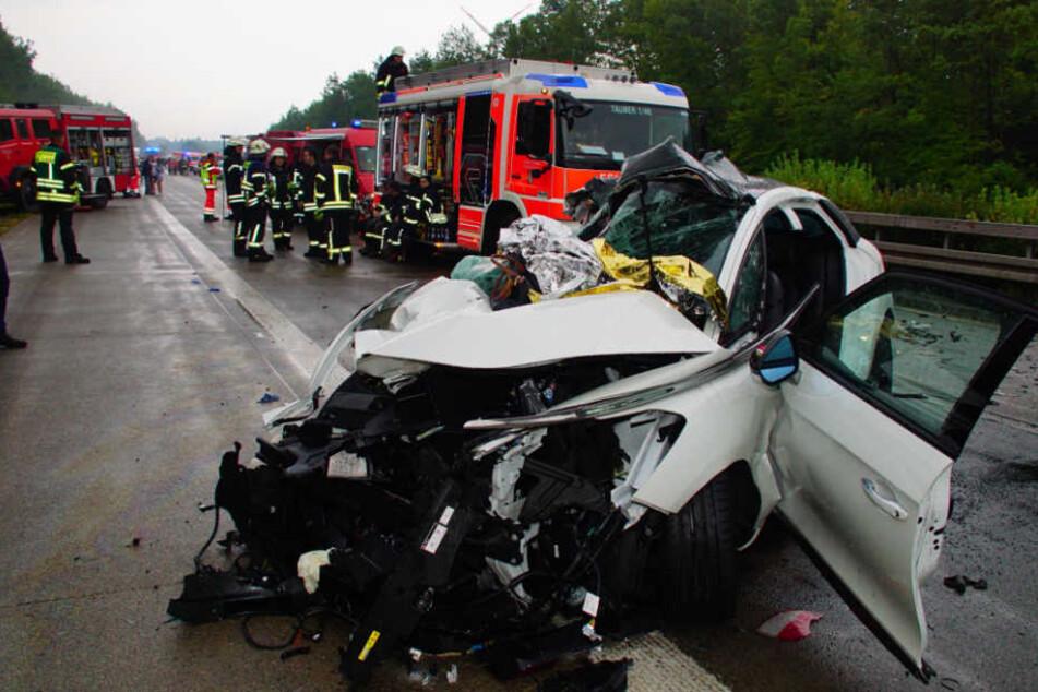 Eines der bei dem Unfall völlig demolierten Autos.