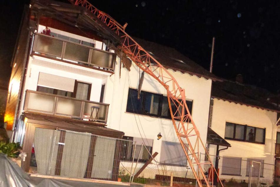 Schock für Bewohner: Baukran stürzt auf Wohnhaus