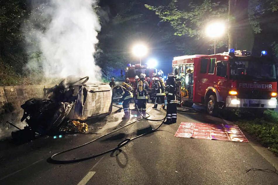Das Auto ging nach dem Crash in Flammen auf.
