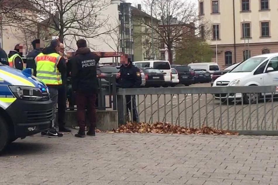 Auch dieses Foto zeigt den Tatort in Würzburg. Darauf ist deutlich ein Parkplatz zu erkennen.