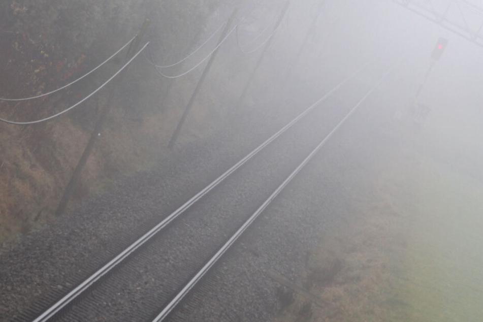 Wurde ein 22-Jähriger verprügelt und auf den Schienen liegen gelassen?