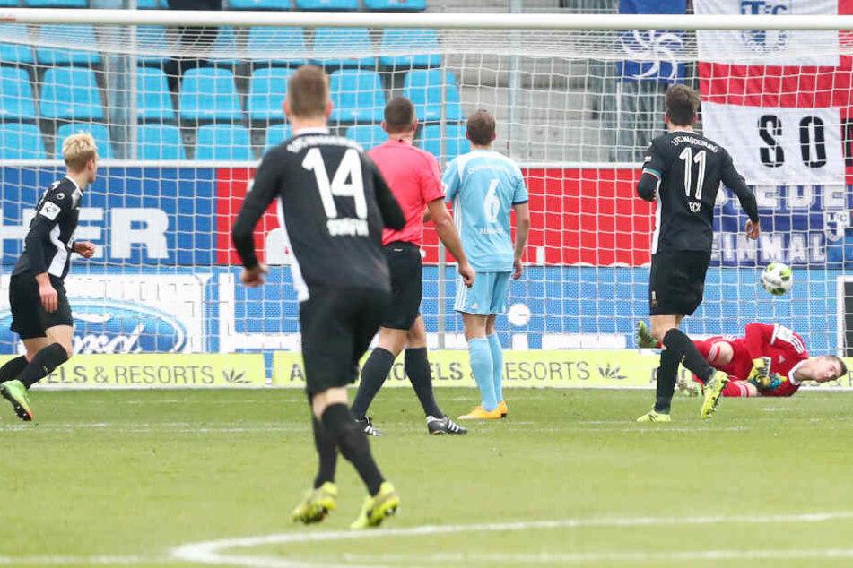 Tor für Magdeburg, Treffer zum 1:3 durch Torschütze Julius Düker (li. Magdeburg).