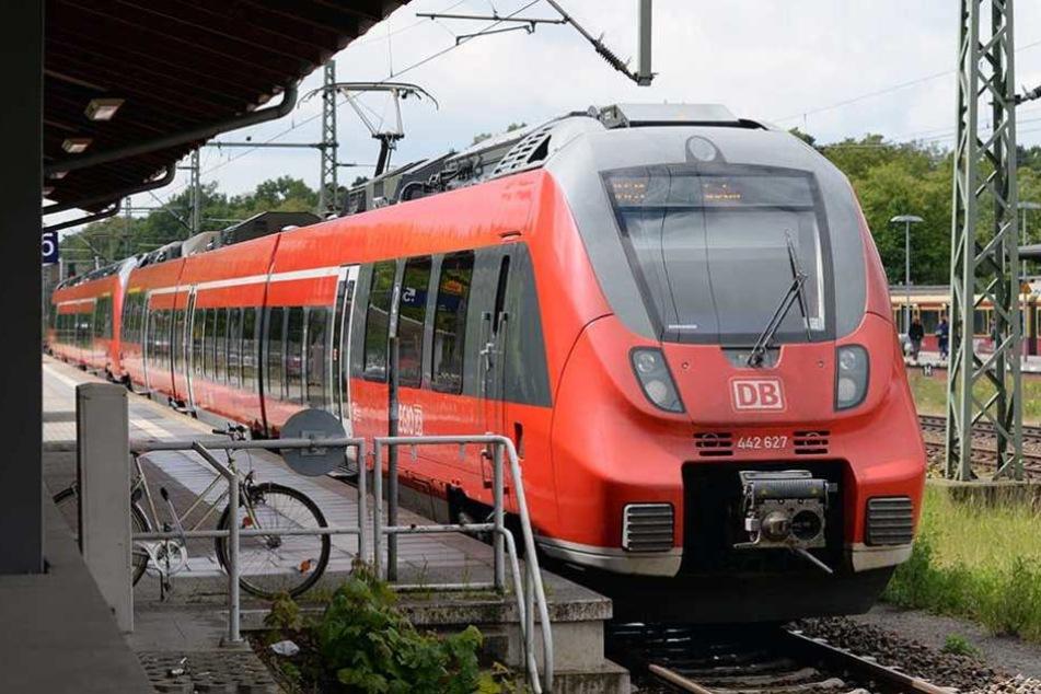 Eine Regionalbahn ist auf ein auf den Gleisen liegendes Metallteil gefahren (Symbolbild).