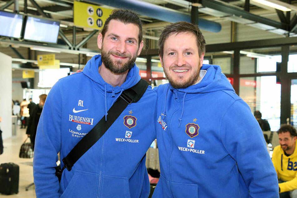 Co-Trainer Robin Lenk und Hannes Drews gut gelaunt vor dem Abflug ins Trainingslager.