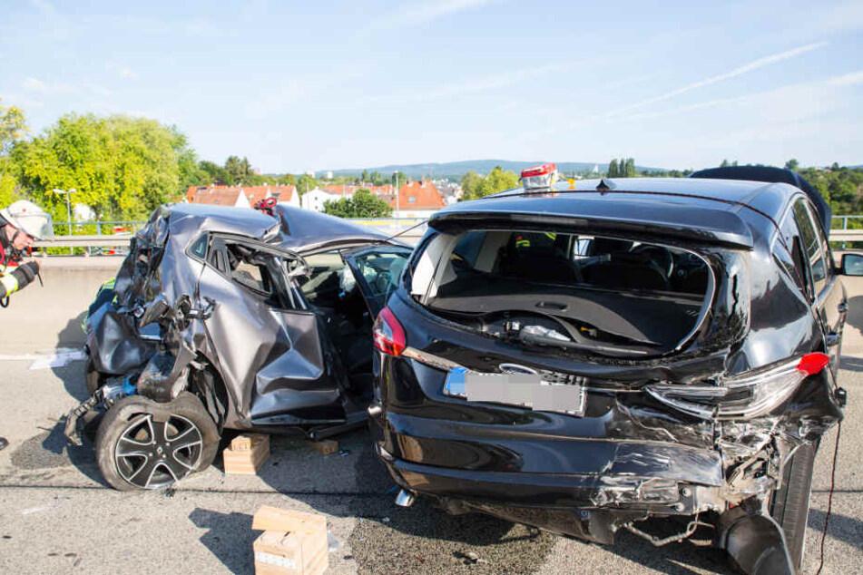 autobahn crash lkw und drei autos knallen ineinander. Black Bedroom Furniture Sets. Home Design Ideas