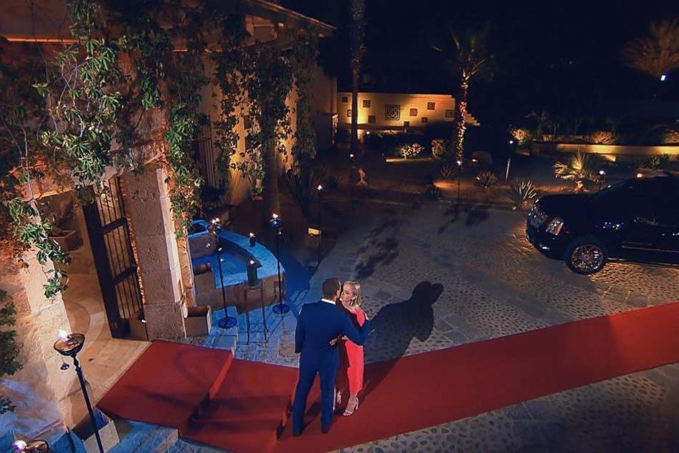 Der Bachelor begrüßte seine Damen vor der Villa in Mexiko.