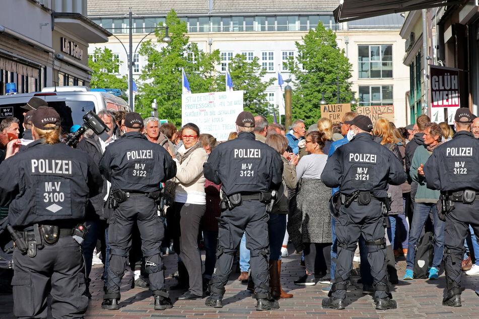 """In der Rostocker Innenstadt stoppt die Polizei einen """"Spaziergang"""" gegen die Corona-Beschränkungen."""