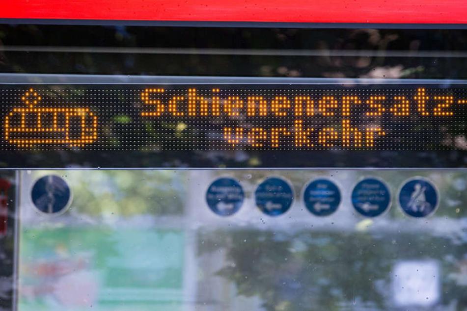 Bahnreisende die im Nordosten der Republik unterwegs sind, müssen zum Teil mit dem Bus Vorlieb nehmen. (Symbolbild)