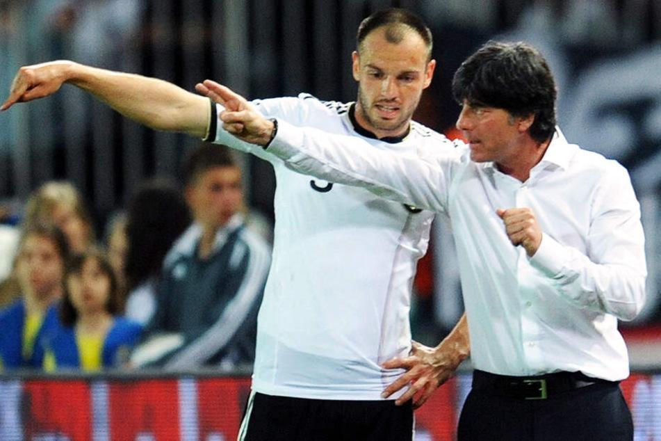 Der 27-fache deutsche Nationalspieler Heiko Westermann (l.) bekommt Anweisungen von Bundestrainer Joachim Löw. (Archivbild)