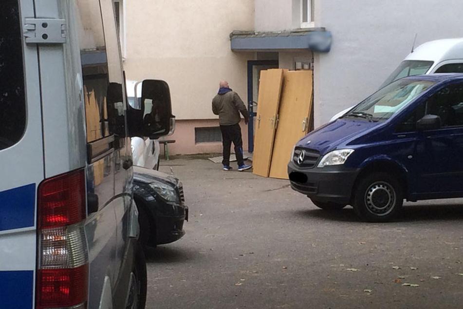 Die kaputten Türen wurden am Montag vor das Haus geräumt.