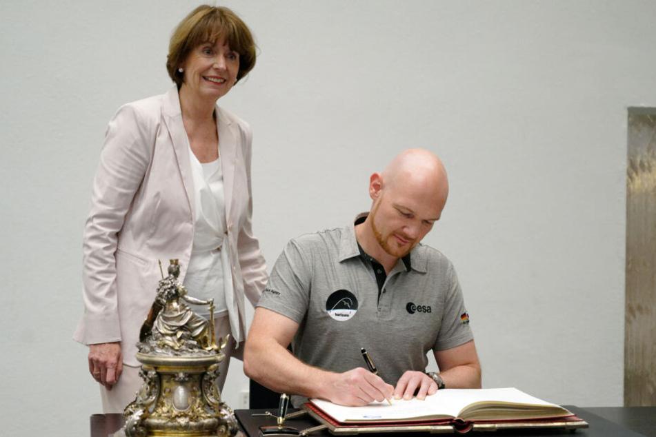 Astronaut Alexander Gerst (43) trägt sich im Beisein von Oberbürgermeisterin Henriette Reker (62) ins Goldene Buch der Stadt Köln ein.