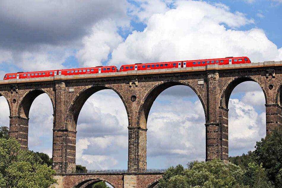 Ein Regionalzug überquert die Zwickauer Mulde auf dem Viadukt in Göhren. Eine von über 500 baufälligen Brücken?