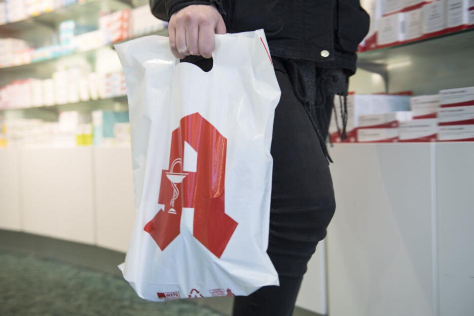 Je nach Ausgang des Prozesses gehen Apotheken-Kunden wohl bald ausschließlich mit ihren Medikamenten in der Tragetasche nach Hause (Symbolbild).
