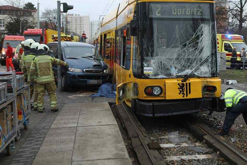 Fahrerin stirbt nach schwerem Crash mit Straßenbahn