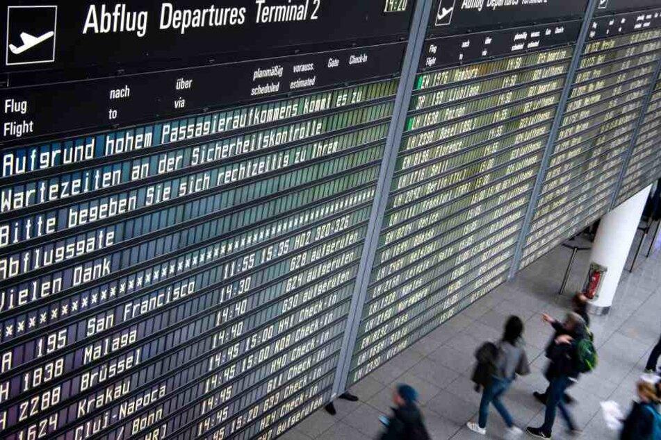 Die Anzeigetafel am Flughafen München weist darauf hin, dass es aufgrund des hohen Passagieraufkommens zu längeren Wartezeiten an den Sicherheitskontrollen kommen kann. Zu Beginn der Osterferien in Bayern wird es voll auf Bayerns Straßen, in den Zügen und