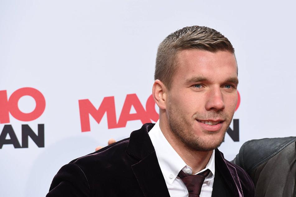 Lukas Podolski (31) mal nicht im Fußball-Trikot sondern im feinen Zwirn.