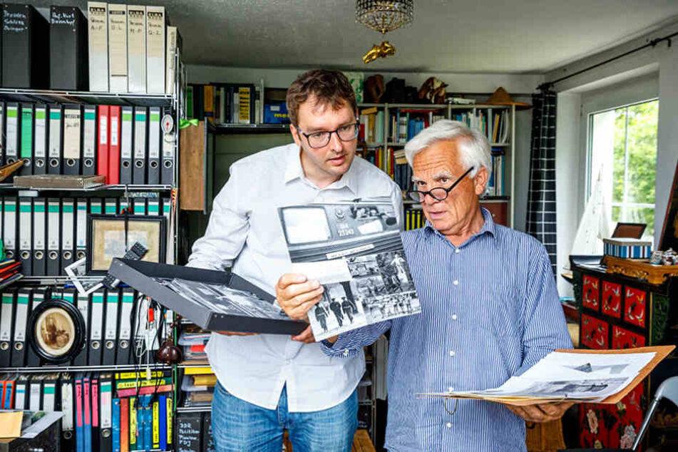 Ulrich Hässler (74) zeigt Reporter Hermann Tydecks (34)  seine ungewöhnlichen Aufnahmen Castros.