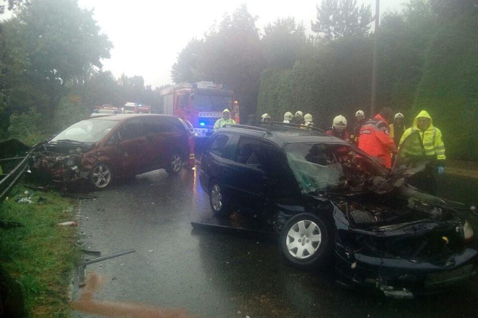 Ein Mitsubishi und ein Opel stießen frontal zusammen.