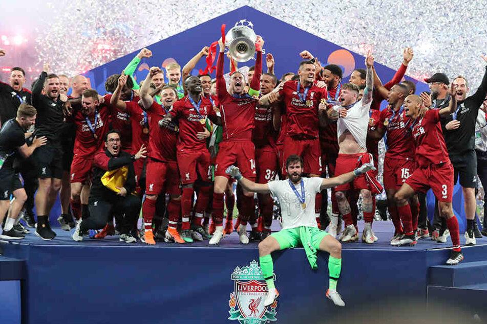 Der FC Liverpool gewann im vergangenn Mai das Finale der UEFA Champions League gegen Tottenham. Keeper Alisson Becker sitzt vorne.