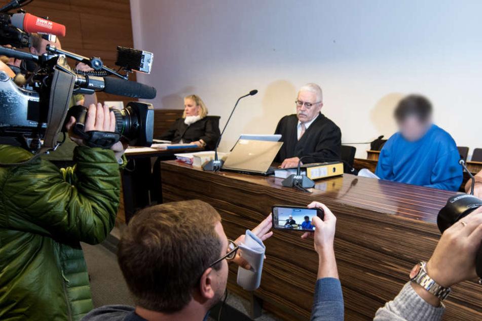Der angeklagte 40-Jährige Lastwagenfahrer (2.v.r.) sittzt im Sitzungssaal des Landesgerichts Freiburg neben seinem Verteidiger.