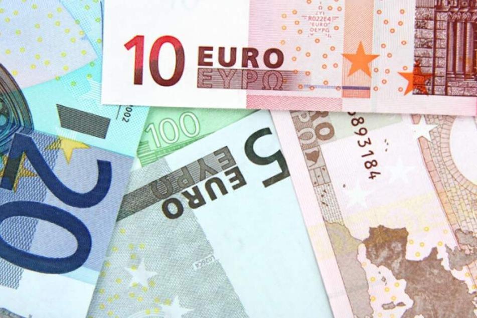 Bei Geldknappheit sollten Betroffene zunächst die Ruhe bewahren und fundiert nach passenden Kreditgebern suchen.