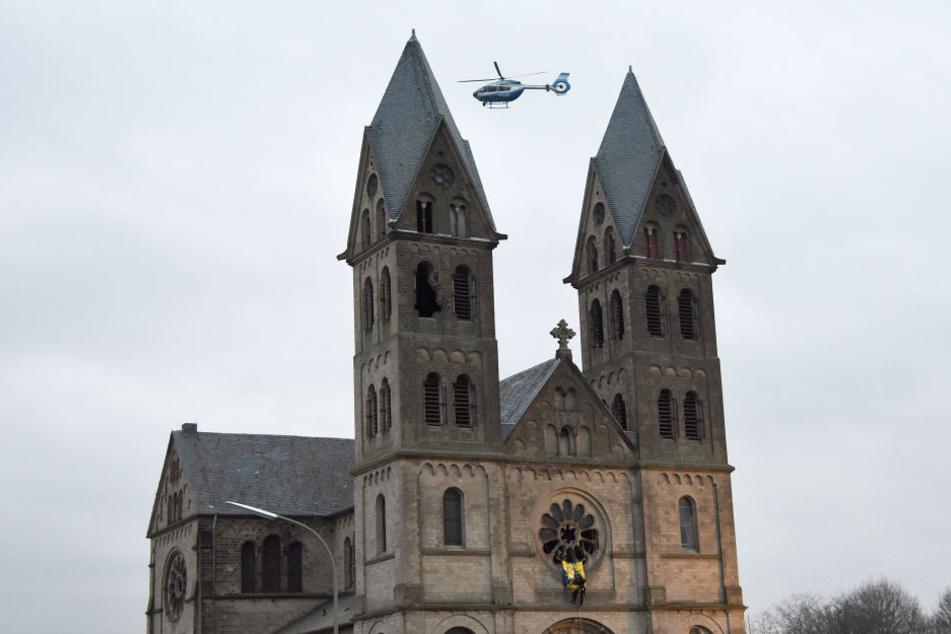 Ein Polizeihubschrauber kreist um die Kirche, die die Aktivisten besetzt haben.