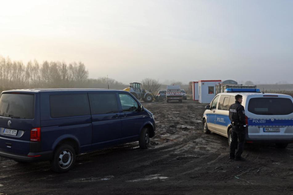 Ermittler der Polizei untersuchen den Leichenfund.