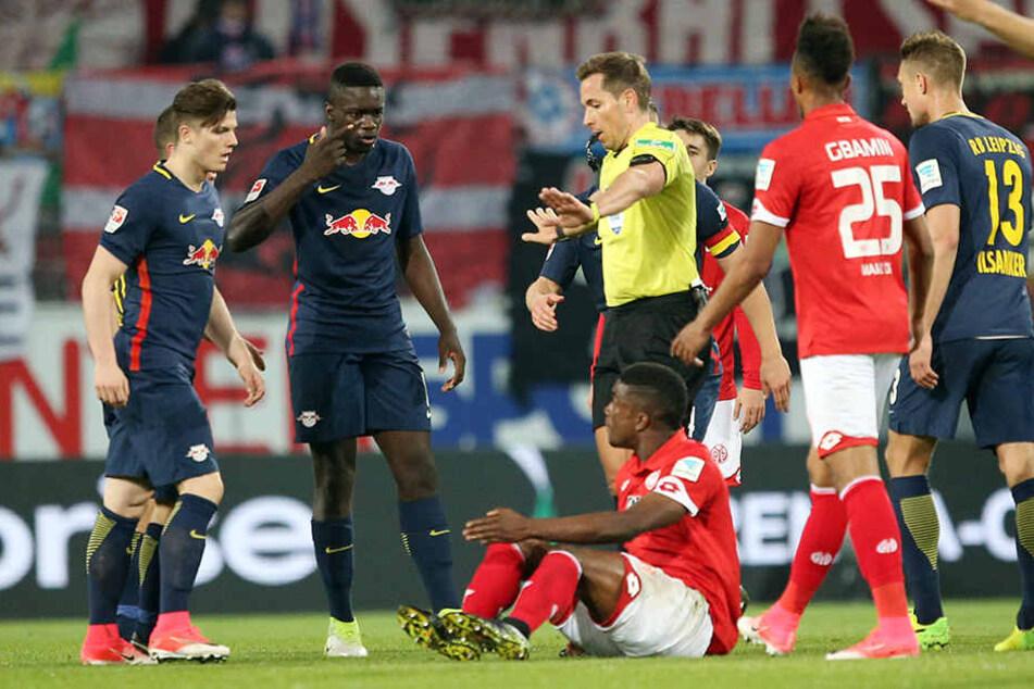 Viele Unterbrechungen: Schiedsrichter Tobias Stieler hatte in Mainz viel zu tun.