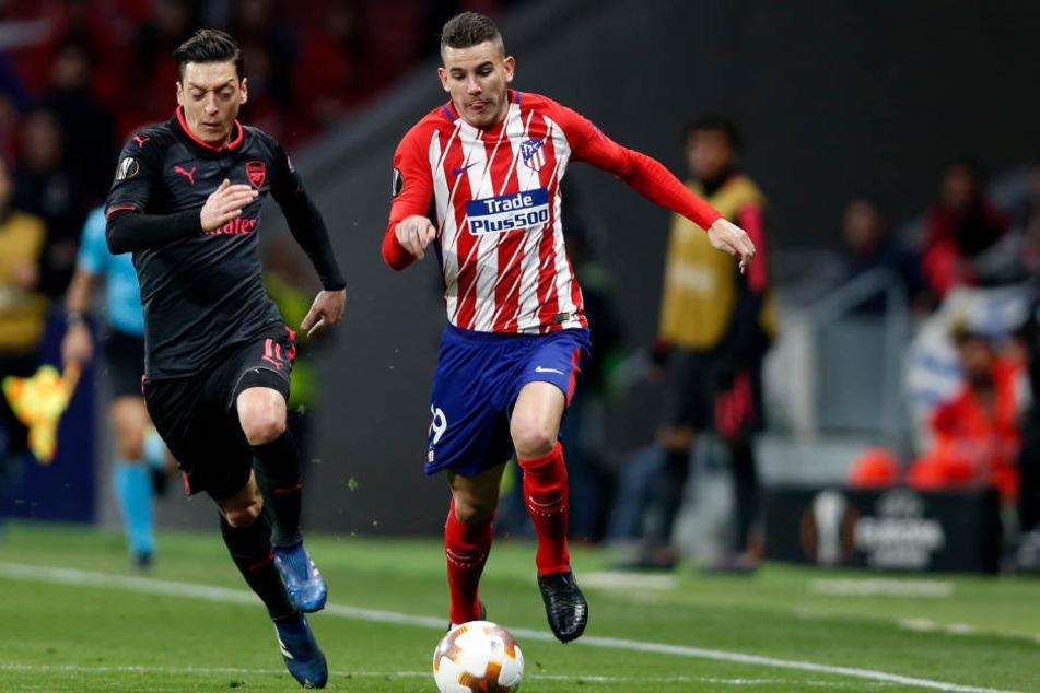 Lucas Hernández (r) im Laufduell mit Mesut Özil.