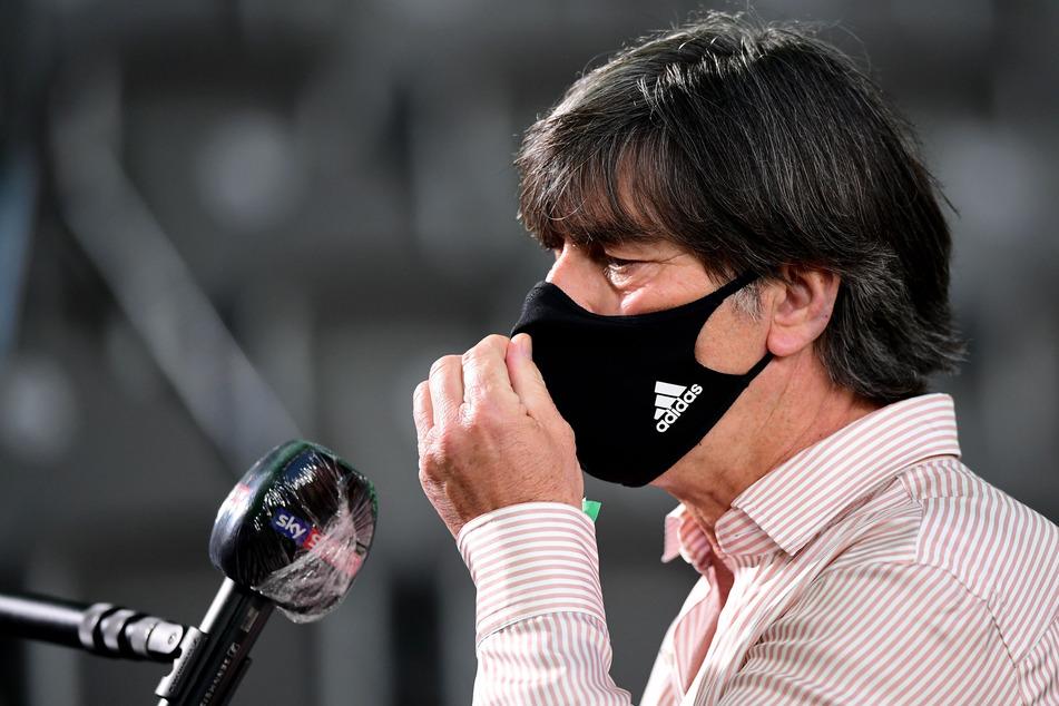 Bundestrainer Joachim Löw mit Mundschutz.